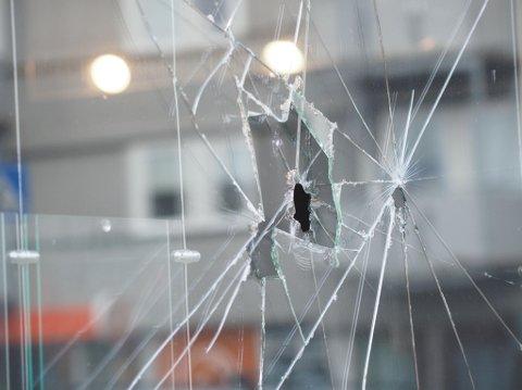 Ingen personer kom til skade under angrepet. Ruta ut mot Storgata har fått flere hull etter at mannen slo flere ganger med hammer.