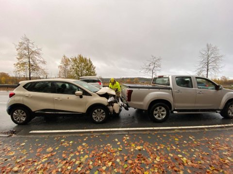 En bil har kjørt på en annen bakfra. (Foto: Tobias Nordi)