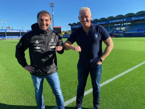 VELKOMMEN: Men en skikkelig korona-hilsen ønsker utviklingssjef Erland Johnsen (til høyre) Leif Tsolis velkommen til Sarpsborg 08. Tsolis får jobben som dametrener og ansvarlig for satsingen på kvinnefotball i klubben.