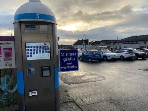 TO TIMER:  Den store parkeringsplassen i Kirkegata er blant de stedene hvor det mulig å parkere gratis i to timer mellom 08.00 - 14.00 ut året.