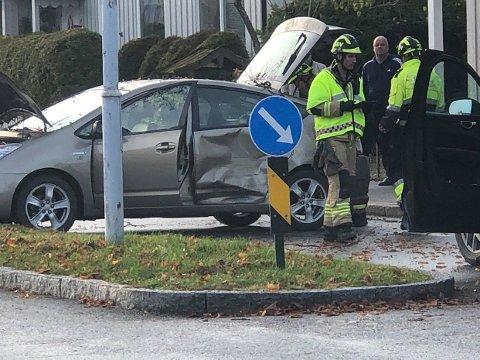 ULYKKE: Slik så det ut i Sarpsborg sentrum da to biler var involvert i en trafikkulykke lørdag ettermiddag.