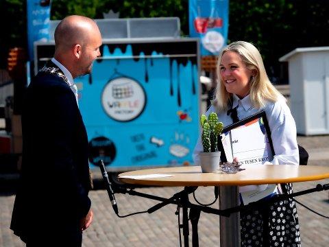 Gir ut bok: Celina Larsen, her sammen med ordfører Sindre Martinsen-Evje i forbindelse med utdelingen av Drømmestipendet i sommer, gir ut diktsamling for ungdom, med 122 dikt.