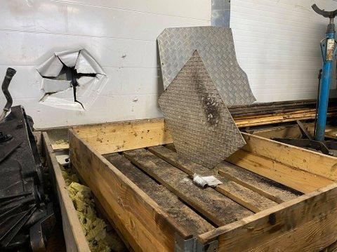 Tyvene har tatt seg inn gjennom et hull i vegen og tatt katalysatorer til over en kvart milllion kroner.