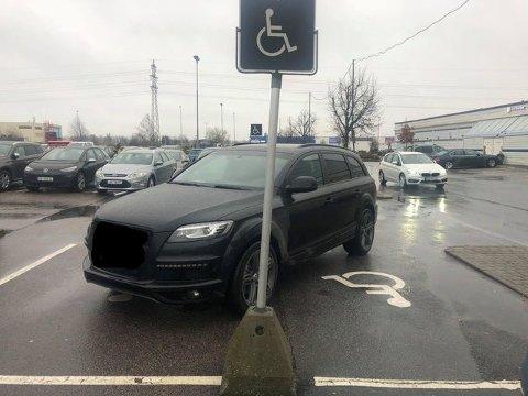 Eieren av bilen som sto parkert ved Østfoldhallene, forteller at han har tillatelse.