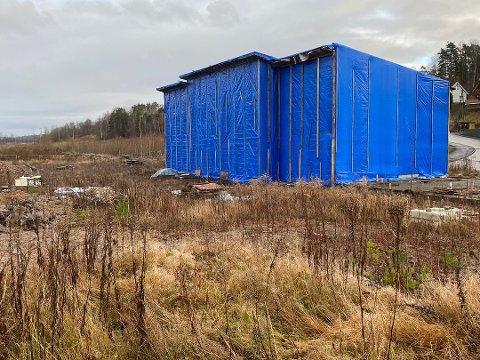 RIVES: Takstingeniør Terje Westby anbefaler å rive råbygget i Haralholenga. Det ble satt opp i 2017.
