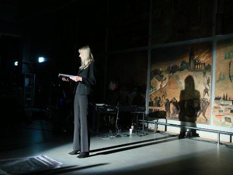 Rebekka Magnus var blant de som ga publikum utdrag fra Jens Bjørneboes diktning under Litteraturuka i Olavs Hall torsdag.