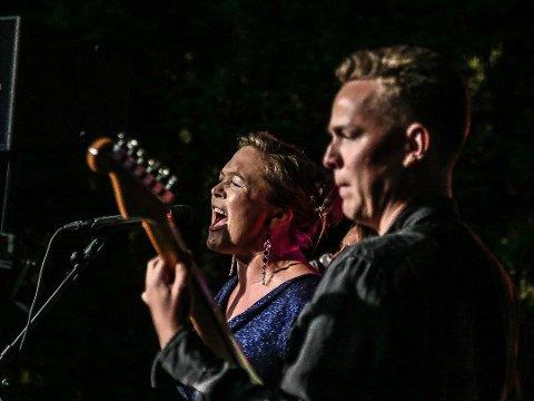 Ny musikk: Tone Petronelle Sørlie og Henrik Granli Øierose under konserten med Cosmic Room i Gleng-hagen i sommer. Nå er de klare med nye låter og flere konserter.