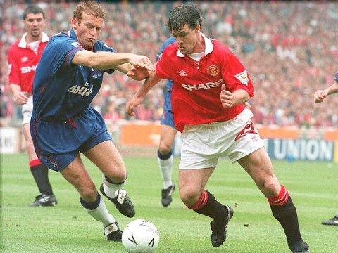 KARRIERE: Erland Johnsen hadde en fantastisk karriere som spiller. Her er han i en duell med Mark Hughes fra Manchester United.