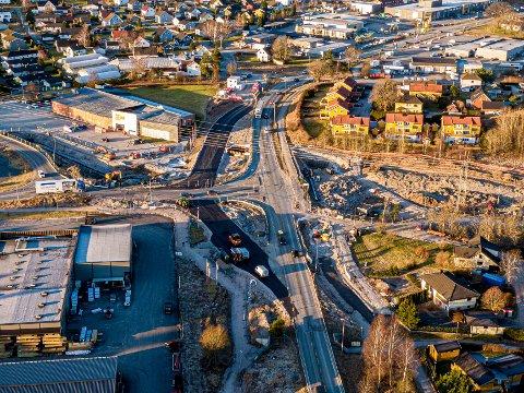OMKJØRINGSVEI: Park og Anlegg er igang med å asfaltere omkjøringsveien der det skal bygges rundkjøring på Iseveien. På bildet sees også XL-Bygg Knatterudfjellet, Coop Extra, Larsen Handelsgartneri, Byggmax, Iseveien Senter og Rema 1000 Iseveien.