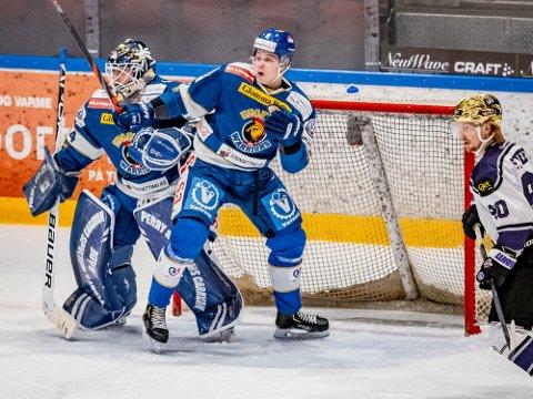 Gi seg: Spartaback Emil Martinsen Lilleberg måtte gi seg etter at en puck traff ham i hodet.
