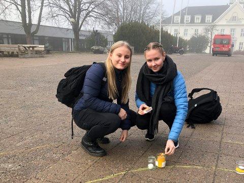 TENTE LYS: Marie Sofie Dahl Larsen og Marie Lie Skjøren går i andre klasse ved St. Olav videregående skole. Begge synes det var viktig å delta i markeringen av barnekreftdagen.