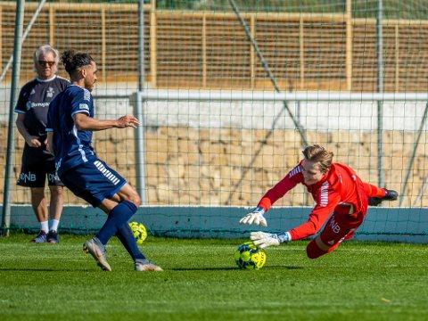 LOVENDE: Unggutten Simen Vidtun Nilsen (t.h.) har hatt en fin utvikling etter at han kom til Sarpsborg 08. Her tar han ballen foran beina på Alexander Jakobsen.