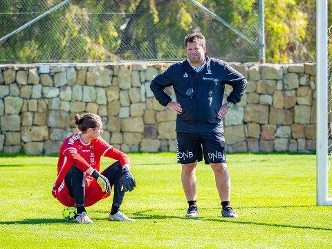 Hjelp av: Sarpsborg 08s keeper David Mitov-Nilsson og keepertrener Erik Holtan har holdt på etter at de øvrige spillerne har reist hjem.