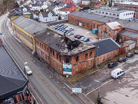 STORE SKADER: Den eldste delen av Vatvedt-kvartalet fra 1910 fikk store skader i brannen i februar. I løpet av kort tid blir det avklart om det mulig å redde den gamle fasaden.
