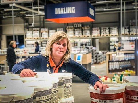 MALING: Varehussjef Hilda Fjeldaas i Obs Bygg opplever at salget av maling er veldig høyt nå  i mars. Byggvarehuset på Tunejordet er tidligere kåret til årets forhandler av Jotun.