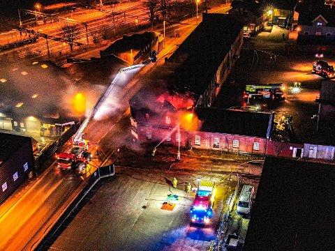 De tidligere industrilokalene til Vatvedt ble nylig ødelagt i en kraftig brann. Grete Moræus Stray er glad for at kommunen sa nei til å rive ruinene. Hun skriver at byen fortsatt må bevare sporene av en stolt industriby. (Foto: Tobias Nordli)
