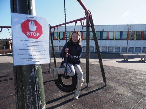 5. klassingen Milja ved Lande skole er blant de få barna i Sarpsborg som i disse koronatider møter på skolen hver eneste dag for tilsyn og gjøre skolearbeid. Hun legger ikke skjul på at hun savner klassevennene sine i denne spesielle skolehverdagen.