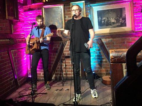 KJENTE ARTISTER: Vidar Villa og Jonas Thomassen på scenen under konserten «Sammen for kultur».