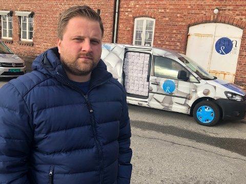BILEN FULL: 2000 munnbind ligger klare i bilen. Raymond Eriksen vil sørge for at de blir sendt til Kina.