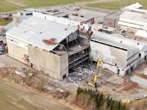 Tirsdag startet riviningsarbeidet på smelteverket.
