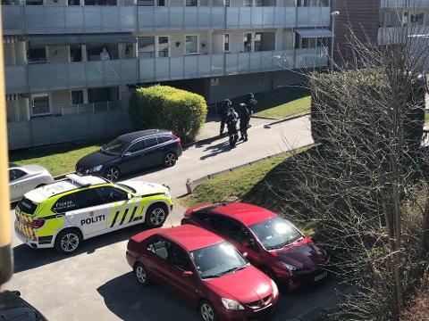 AKSJON: Fredag ettermiddag slo politiet til mot en leilighet i Glengsgata. Minst en person skal være pågrepet.