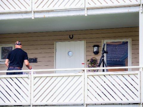 Borgarting lagmannsrett har dømt en 38 år gammel Sarpsborg-mann til fengsel i fire år og seks måneder for drapsforsøk på en borettslagsleder i Sarpsborg sentrum i fjor sommer.