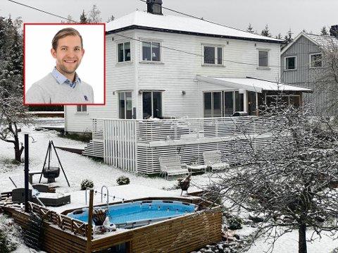 Svømmebassenget ligger åpent og innbydende omkranset av ferskt snøfall i hagen til Christoffer Andersen i Kvastebyen.