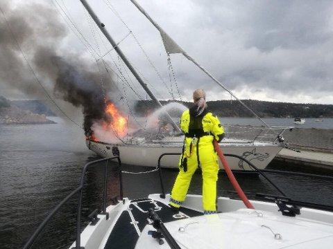 Den 38 fot store seilbåten fikk så store skader under brannen i august 2018 at den måtte kondemneres. Nå er båteieren dømt for å ha forårsaket båtbrannen for å få utbetalt forsikringssummen på 600.000 kroner.