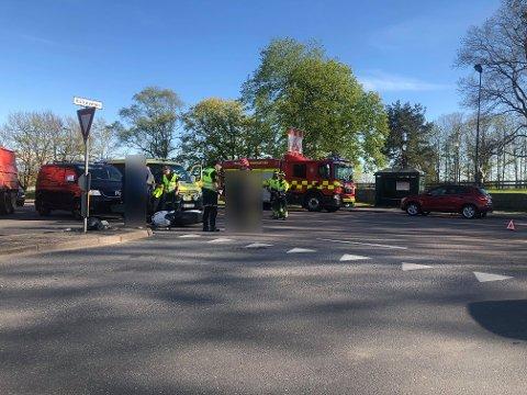 En bilist og mopedist kolliderte på Tuneveien ved avkjøringen til Kirkeveien onsdag ettermiddag.