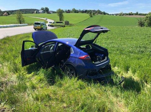 En bil havnet på jordet etter ulykken. (Foto: Tobias Nordli)