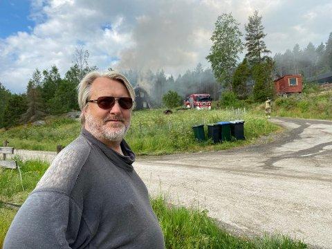 Erling Ek Iversen bor i Tombdalen i Råde, sammen med kona Stine Heid Stensrød. Han måtte løpe inn i det brennende huset for å få varslet brannvesenet.