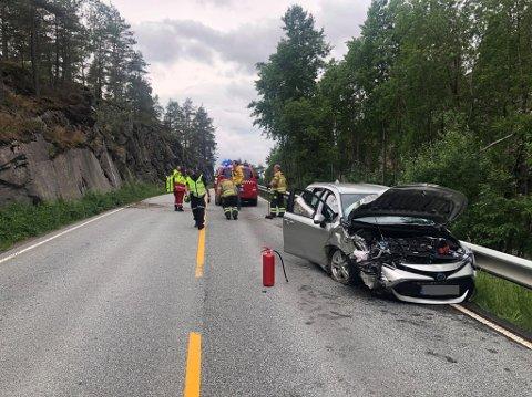 Én person er lettere skadet etter å ha kjørt i fjellskrenten i nordgående retning.