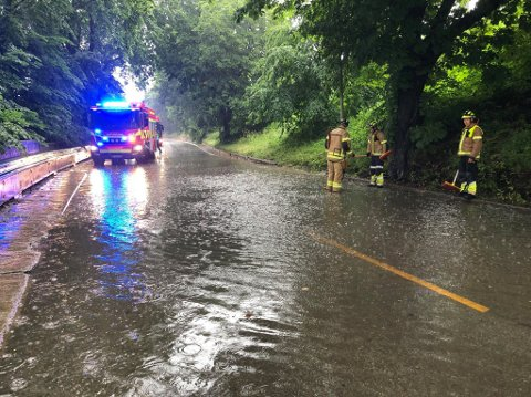 MYE VANN: Flere veier i distriktet opplever oversvømmelser lørdag ettermiddag. Brannvesenet er ute for å forsøke å rense opp blokkerte dreneringshull.