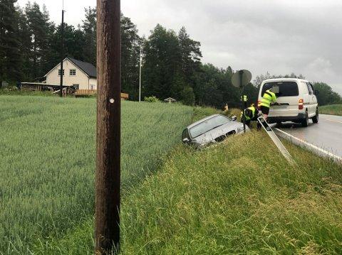 AV VEIEN: En BMW har kjørt av veien like etter Kjennersvingen i det den skulle kjøre fra Rakkestad til Sarpsborg søndag kveld.