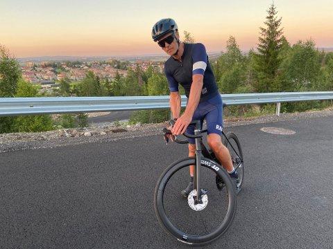 AKTIV: Rune Bjerken sykler Romerike rundt flere ganger i uka for å holde seg i form. Han er skremt over hvordan bilistene oppfører seg mot syklistene i trafikken.