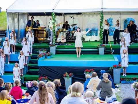 Allsang på grensen: Ulrikke Brandstorp framfører «Attention» med Villekulla barne- og ungdomsteater på Fredriksten festning.