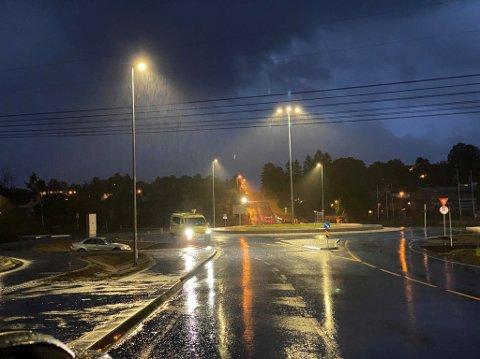 Personbilen kjørte av veien i regnværet. (Foto: Tobias Nordli)