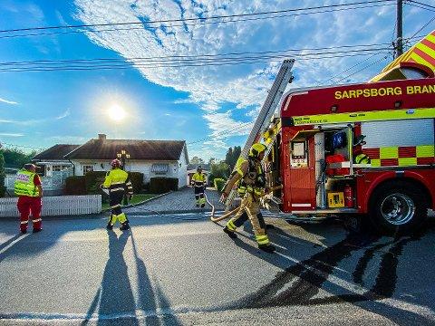 BRANN I ENEBOLIG: Det begynte å brenne i en enebolig på Hafslundsøy i Eilertsens vei tirsdag kveld.