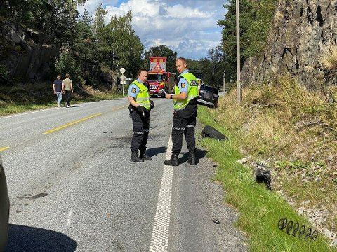 To biler har kollidert ved Ise togstasjon søndag ettermiddag. Politi og ambulanser er på plass på ulykkesstedet.