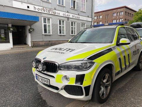 En 15 år gammel jente ble funnet død på et hotellrom i Sarpsborg sentrum.