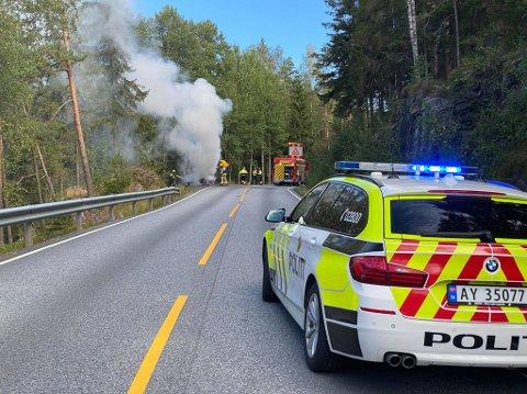 BRANN: En bil er totalt utbrent etter brannen.