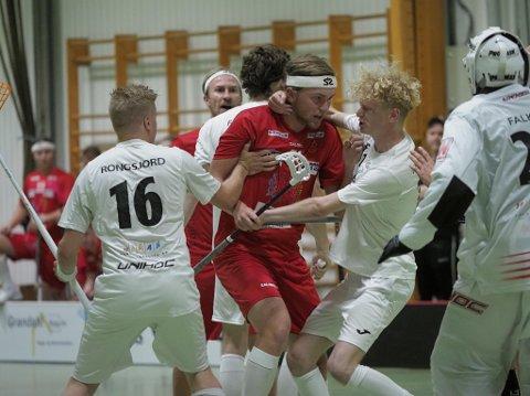 I HETLUFTEN: Fredrik Gjødalstuen går ikke av veien for en duell på banen. Han vet også hvor målet står, og debuten endte med både en scoring og en assist for debutanten.