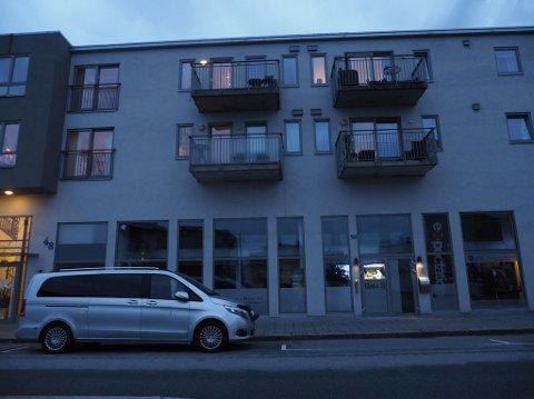 KRIMTEKNISK: Fredags kveld står krimteknikerne parkert  utenfor leilighetskomplekset hvor den avdøde ble funnet. Da dette bildet ble tatt, ved 19:20-tiden, var teknikerne fremdeles i gang.
