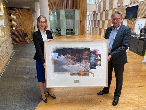 PRIS: Næringsminister Iselin Nybø delte i formiddag ut Eksportsprisen til Borregaard og administrerende direktør Per A. Sørlie.