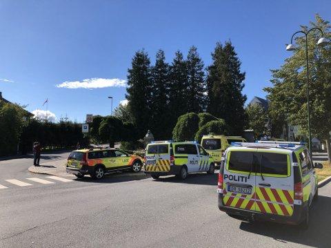 Nødetatene bistår etter en person ble funnet livløs i Sarpsborg.