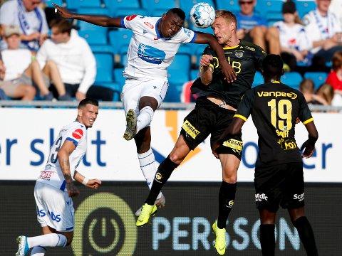 KLAR FOR SARPSBORG 08: Spissen Ibrahima Koné har signert en treårskontrakt med Sarpsborg 08. Her er han i en duell med tidligere S08-spiller Joonas Tamm (t.h.) da sistnevnte spilte for Lillestrøm.