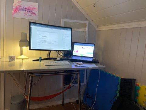 UNDERTEGNEDES HJEMMEKONTOR: Selv sitter jeg i en krok med minimalt med naturlig lys, ingen utsikt og to skjermer. Pulten er et gammelt respatex-bord, som egentlig er litt for lite. Har i det minste en god stol. På skjermen til venstre kan dere se denne saken bli skrevet, på den til høyre er dagens trafikktall så langt på SA.no.