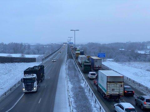 Ulykken har skjedd på Alvim-siden av Sandesundbrua. Trafikken står tett over brua og langt ut i Skjeberg ved 14.15-tiden.