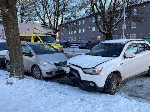 Totalt tre biler fikk skader etter uhellet. Det skal ikke være snakk om noen alvorlige personskader.