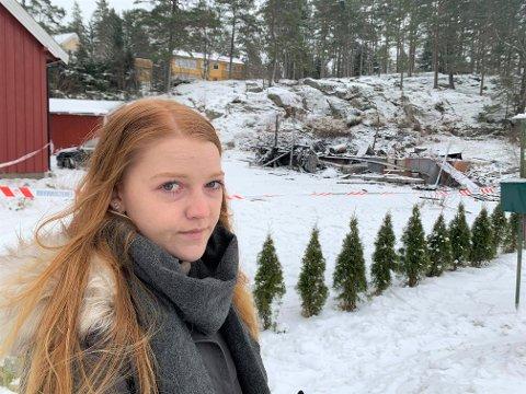 SKREMMENDE: Monika Mathea Olsen hadde lagt seg i andre etasje da der begynte å brenne i etasjen under i boligen på Kornsjø. - Jeg vurderte på et tidspunkt å hoppe ut gjennom vinduet i andre etasje, sier hun.